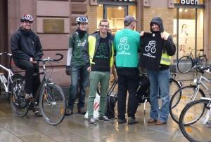 Unterstützer mit selbst bedruckten T-Shirts